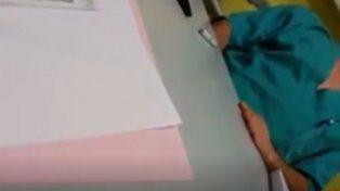 Una paciente filmó como su médico se masturbaba mientras la atendía