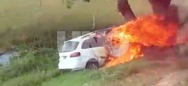 Una mujer murió carbonizada tras despistar y chocar su auto contra un árbol