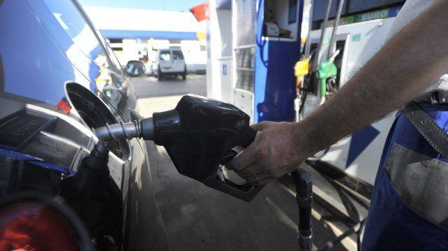 YPF anunció que baja el precio de la nafta a partir de la medianoche