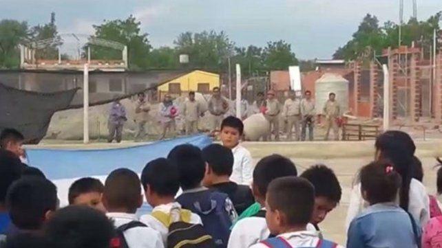El gesto de un grupo de albañiles que emocionó a todos durante un acto escolar