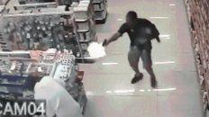 un policia mato a dos ladrones con su hijo en brazos