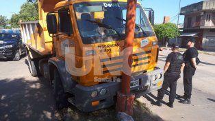 Municipales borrachos chocaron un camión contra una columna de alumbrado público