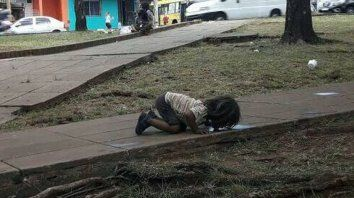 cruda imagen: una nena misionera tomo agua de la calle