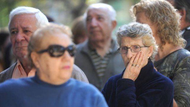 Macri firmó el decreto del bono para jubilados, pensionados y beneficiarios de la AUH