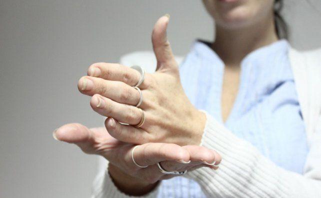 Diseñan un guante que traduce lenguaje de señas para sordomudos