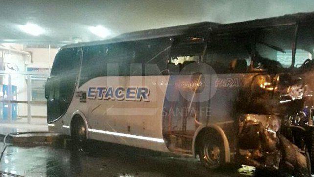 Se incendió un colectivo Etacer cuando estaba listo para emprender su viaje a Paraná