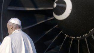 El Papa Francisco aborda el avión con motivo de su viaje a Chile y Perú