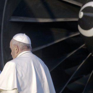 El Papa Francisco aborda el avión con motivo de su viaje a Chile y Perú, en el aeropuerto internacional Leonardo da Vinci de Roma en Fiumicino, el lunes 15 de enero de 2018. El pontífice visitará Chile del 15 al 18 de enero y luego se dirigirá al Perú , donde permanecerá hasta el 21 de enero.