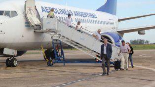 Pasajeros descendiendo del avión de Aerolíneas
