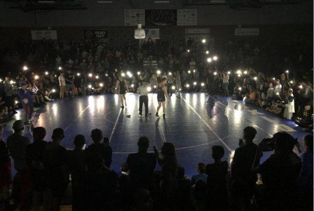 Evitaron que se suspendiera un combate por falta de luz gracias a sus celulares