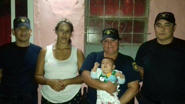 Santa Fe: dos policías salvaron la vida de un bebé de un mes