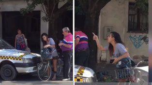 Un taxista acosó a una chica, ella lo increpó y lo obligó a pedirle perdón