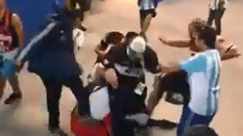 video: hinchas argentinos quisieron empatar el partido a golpe de punos