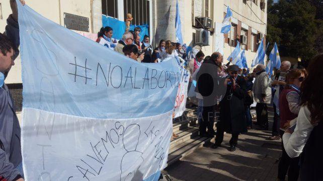 Manifestación provida en apoyo a médicos frente al hospital público de Santa Fe