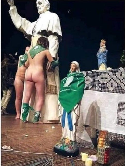 Escándalo en Rafaela: bailaron desnudos frente a imágenes de la Virgen y del Papa