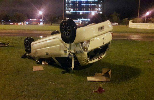 Así quedó el auto tras el vuelco.