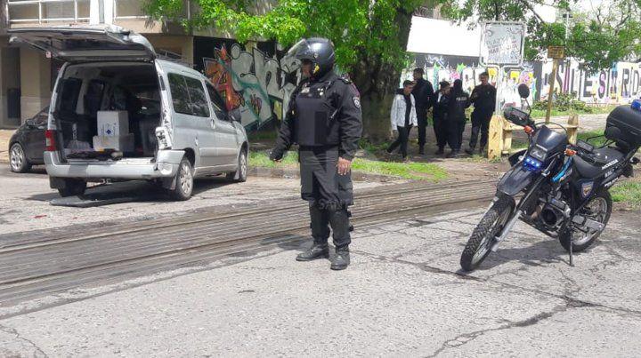 Una formación del Belgrano Cargas chocó un auto mal estacionado sobre las vías