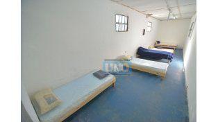 Refugio para pernoctar. Desde el lunes se ocuparon las camas disponibles en calle Carbó. Foto UNO/Juan Manuel Hernández