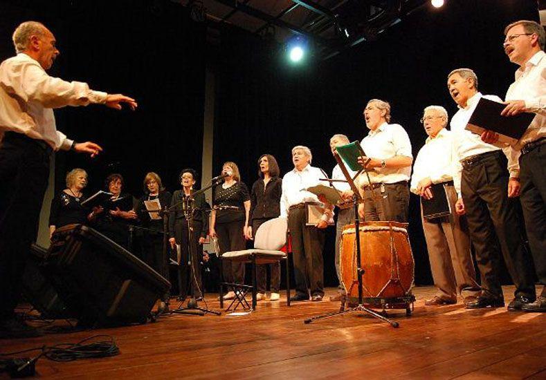 Grupos. El maestro Abel Schaller valora tanto el canto colectivo como la soledad.
