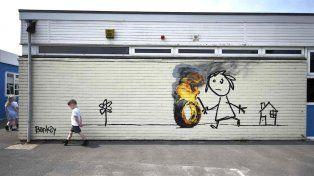 El mural de Bansky en una escuela de Bristol @CharlieDelta77