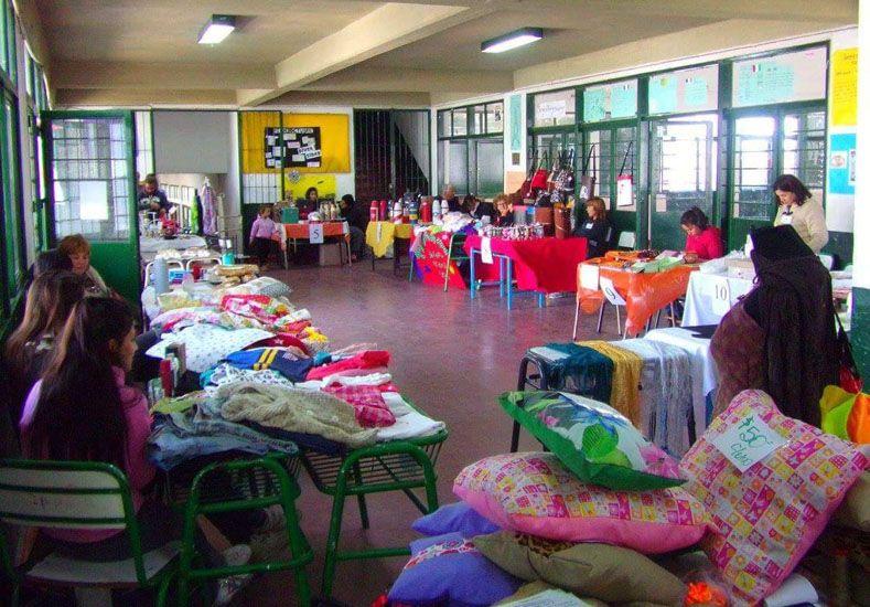 Emprendedores en el edificio de la escuela del barrio Lomas del Mirador.