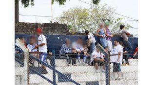En la tribuna. El líder de la malograda banda narco es hincha fanático de Sportivo Urquiza (parado).