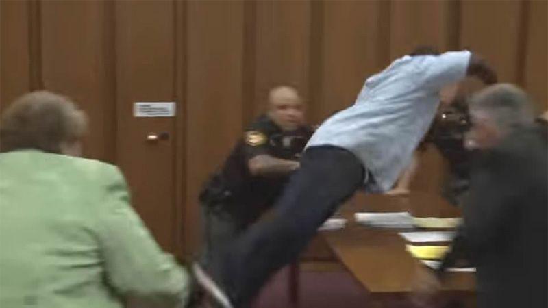 Padre se abalanzó sobre el asesino de su hija al sonreír durante el juicio