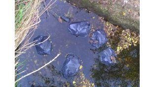 Santa Elena: difunden fotos de donaciones para inundados tiradas a un arroyo