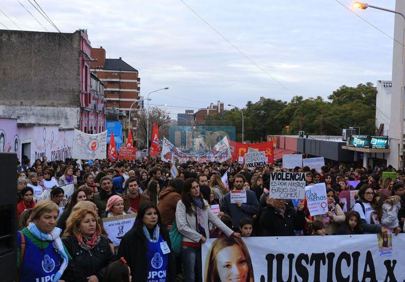 Reflexión. Cientos de paranaenses se sumaron a una jornada que se replicó en todo el país. (Foto: UNO/Diego Arias)