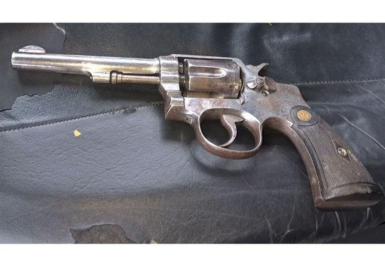 El arma que llevaba el muchacho en la cintura al ser detenido. Foto policía de Entre Ríos.