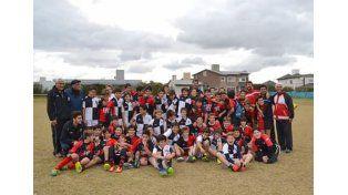 Estudiantes también participó con los Menores de 12 años.