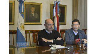Por la influenza. De la Rosa y Panozzo ofrecieron una conferencia de prensa en Casa de Gobierno. Foto UNO