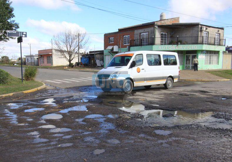 El transporte escolar pasa todos los días por la esquina en donde vierte líquido cloacal. Foto UNO Juan Ignacio Pereira.