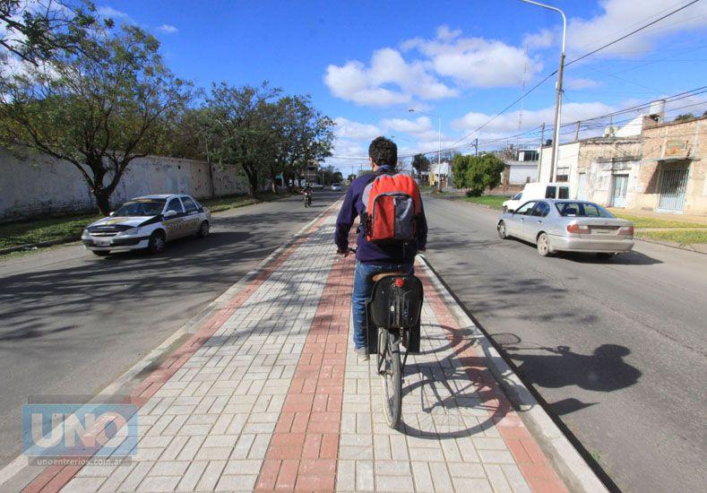 Hoy los ciclistas utilizan la ciclovía esquivando las sanjas que hay descubiertas por tramo. Foto UNO Juan Ignacio Pereira.