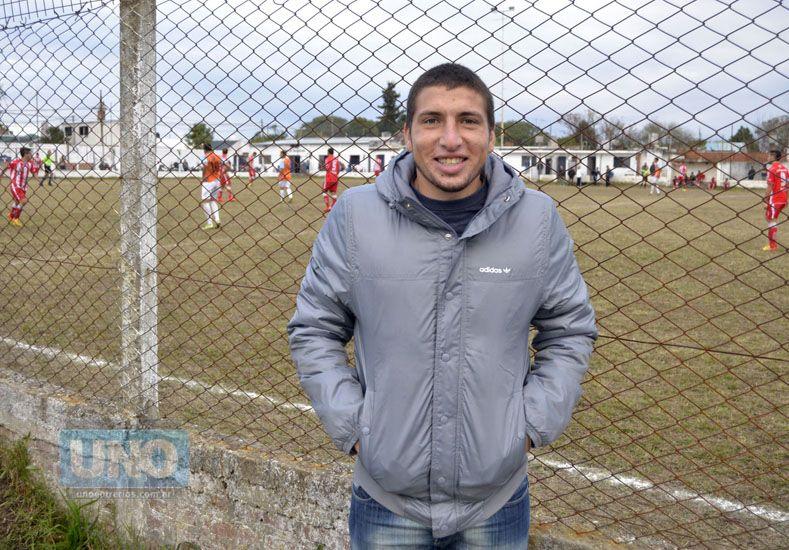 EN VILLA URANGA. Eric presenció ayer la victoria de Belgrano ante Atlético Paraná por la Liga Paranaense.   Foto UNO/Mateo Oviedo
