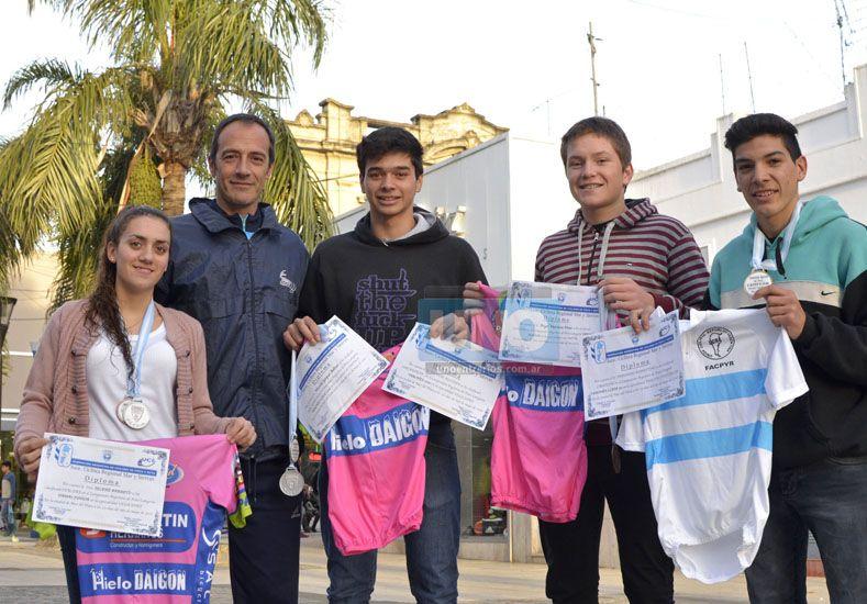 El equipo de Menores y Juveniles mostrando los respectivos diplomas.  Foto UNO/Mateo Oviedo