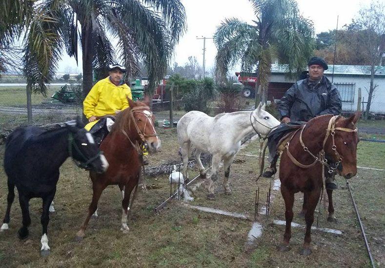 Ni el mal tiempo los para. Los primeros cinco días cabalgaron bajo una persistente llovizna. Foto Gentileza/ Alejandra Gonzalve