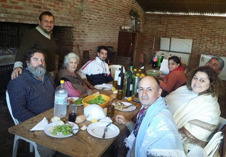 Amistad. Ayer un cumpleañero los invitó a comer a su casa. Foto Gentileza/ Alejandra Gonzalve