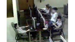 Video: murió electrocutado en un cyber ante la indiferencia del resto