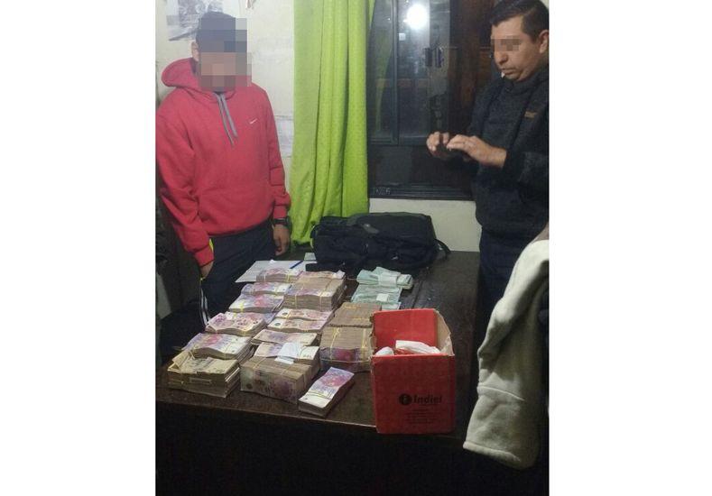 Descartaron desde un auto más de un millón de pesos argentinos, dólares y cheques