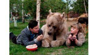 Causa ternura un oso domesticado por una familia rusa