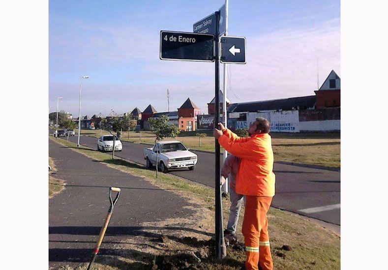 Colocan nuevos carteles nomencladores de calles