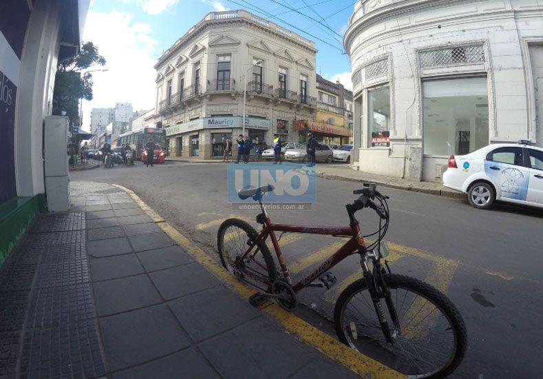 La bicicleta quedó parada sobre Pellegrini mientras la policía sacaba fotografías. Foto UNO.
