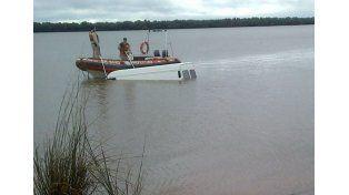 Hallan una camioneta sumergida en el río Uruguay con un hombre muerto en su interior