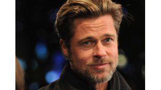 Brad Pitt salva a una niña de ser aplastada por sus fans