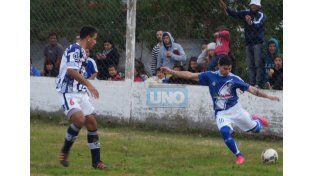 El local comenzó ganando con tanto de Emiliano Ardaiz al toque del inicio del segundo tiempo.  Foto UNO/Gerardo Iglesias