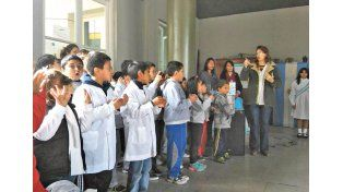 Su turno. En el acto del 25 de Mayo le tocó interpretarlo a los alumnos de 3º grado.    Foto Gentileza/Facebook Escuela Belgrano