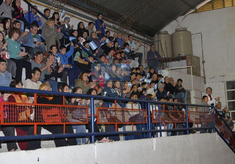 COLMADO. Un gran marco de público siguió de cerca las acciones del juego. Desde las 15 comenzó a llegar la gente al Club Olimpia. Foto UNO/Mateo Oviedo