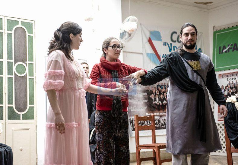 El dúo. Eurídice interpretado por Burgardt y Orfeo por Däppen bajo las directivas de Princic. (Foto UNO/Mateo Oviedo)
