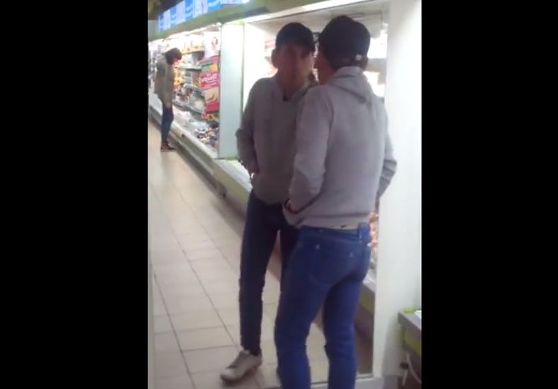 Borracho discute acaloradamente en el supermercado, aunque contra su propio reflejo